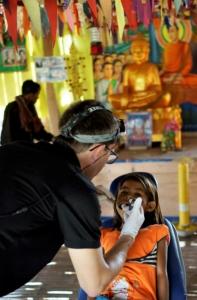 tandläkare som behandlar flicka