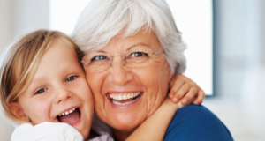 barn och pensionär som skrattar